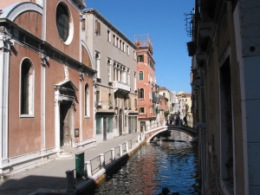 The back alleys of Venice tend to be very quiet and reserved. I can easily imagine myself living on this street canal.